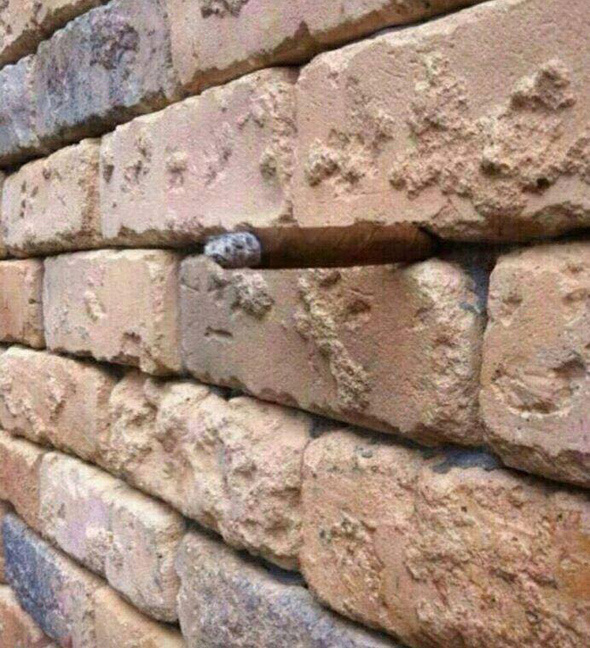 Кирпичная стена с сигарой_01